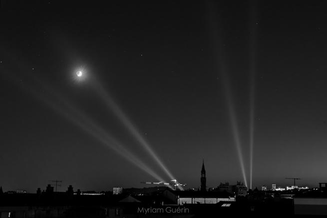 La lune, le clocher, la grue, et les lumières de la feria.18 Septembre 2015, Nîmes